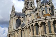 神秘的历史,优雅的大教堂 巴约圣母大教堂的历史非常悠久,而建筑方面也很特别,是一座哥特式建筑。教堂最