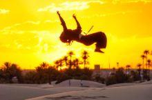 在撒哈拉沙漠里翻跟头的唐装少年