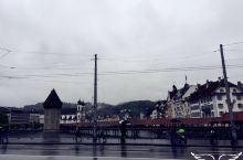 卢塞恩湖上的木制廊桥,长约200米,欧洲最古老的有顶木桥,三角形的木质屋顶,下面的柱子立在水中。
