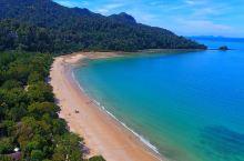 达泰湾海滩:徜徉椰子树下赏海景  达泰湾海滩是兰卡威的五大海滩之一,曾被评为全球最佳海滩之一。  它