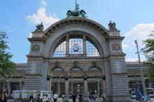 反正世界各地都是一个道理,想便宜又吃饱,就去火车站。琉森火车站其实是很值得一去的,也有上百年历史,石