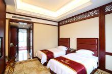 值得一去的酒店——宜昌天玺龙阁酒店  酒店很有特色,离闹市稍远,但环境很幽静,服务员态度很热情,还能