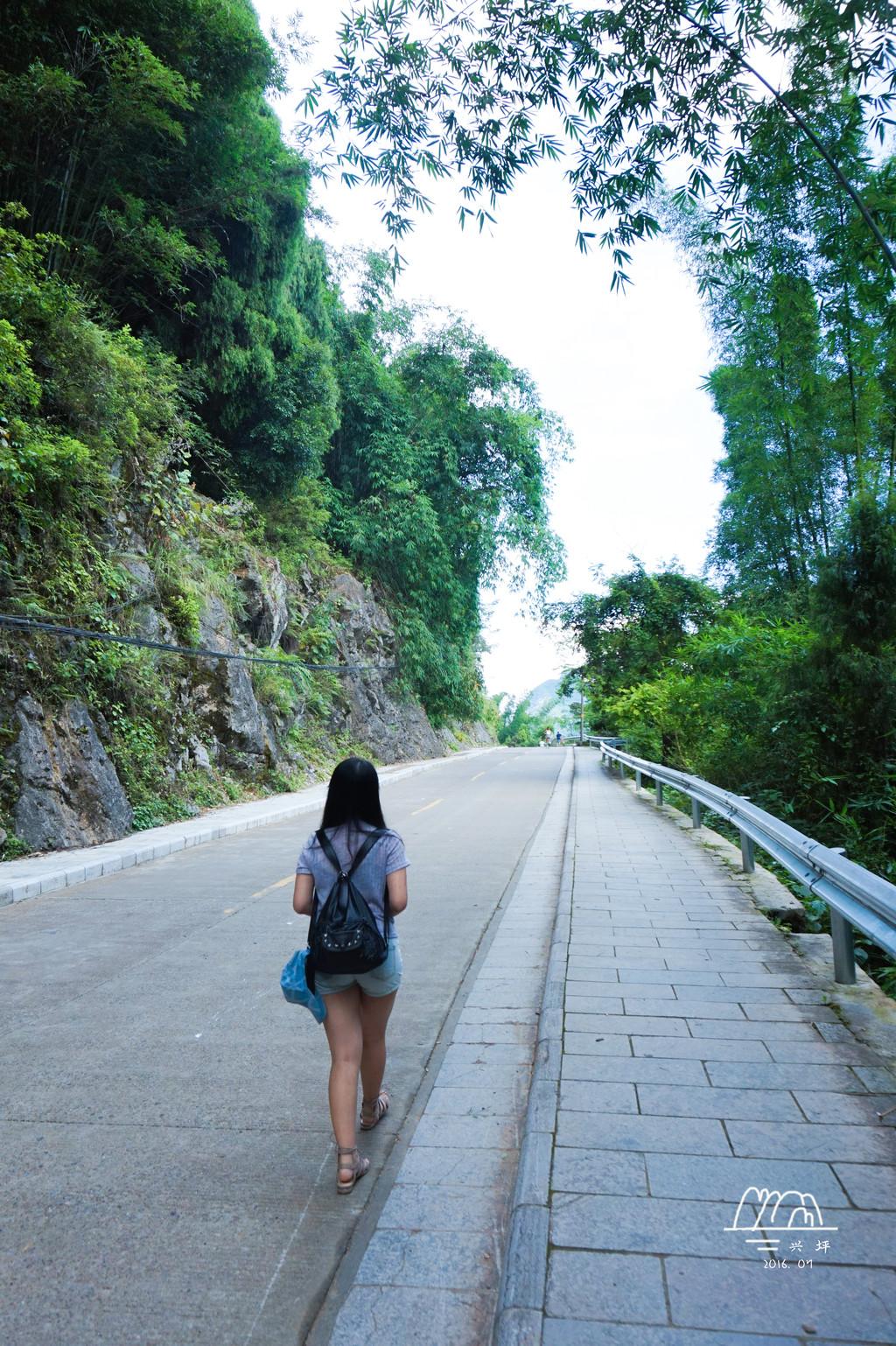 都说兴坪段是漓江的精华,果然不错,远处群山叠翠,近处水流潺潺。