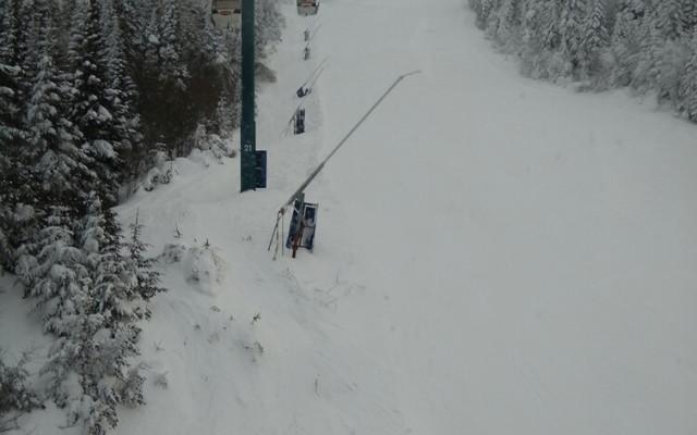 2月1日早上,登上翠湖山庄之端。好一个冰天雪地,滑雪高手不畏严寒,七八十岁也来试比高。
