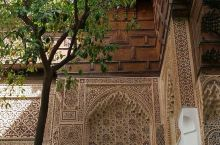 巴依亚宫 巴伊亚宫------位于玛拉喀什,建于十九世纪末,在当时是摩洛哥最大最宏伟的宫殿建筑。名称
