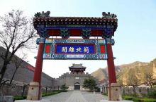 黄崖关城是明代蓟镇长城的重要关隘,关城东侧山崖的岩石多为黄褐