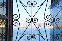 穿过老城区,便能在城市尽头遇见哈尼亚的精髓--壮阔的海边威尼斯港和灯塔,在这样的环境里,只是散散步就