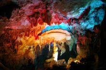 广西南宁伊岭岩 一处壮寨里的溶洞奇观