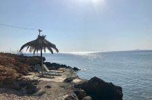 襁褓中的沙滩 如果用一个颜色来形容希腊,我想大家会一致赞成是蓝色。蔚蓝美丽的爱琴海,蓝色梦幻的圣托里