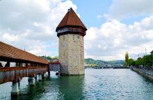 八角型水塔位于桥身近中央的地方,在经历火灾时只有水塔未被破坏。该水塔曾经是监视外敌入侵的哨所,也用来