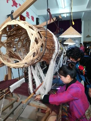 这种竹笼织布机早在宋代就有了,现在广西宾阳还用来织壮锦 – 宾阳游记攻略插图1