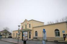 在图尔的第二天也是城堡游。  上午乘火车去了Amboise,到达以后才8点多,城堡还没开始开门。火车