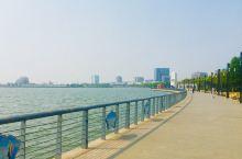 一路水韵,闲庭信步。滴水湖是上海临港新城主城区的标志性工程,也是目前国内最大的人工淡水湖,总面积5.