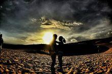红沙丘日落 美奈是位于越南东南部平顺省美奈半岛上的一个渔村小镇,距离胡志明市东北约200公里。这里有