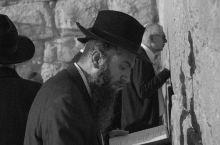 以色列。哭墙前的人,