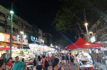 吃货眼中的吉隆坡 晚上11点,人山人海的阿罗街 卖力的街头艺人,每家店门口都唱一首歌 多亏没打车来,