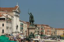 埃马努埃莱二世青铜像·威尼斯 雕塑位于码头不远。