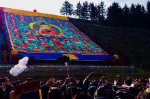 拉卜楞寺正月十三瞻佛节 今天正月十三,在甘南拉卜楞寺,巨幅的佛卷在僧侣的簇拥下,从晒佛台的顶端向下徐