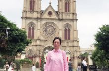 站在广州石室圣心大教堂外仰望