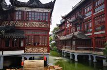 上海豫园,完全不同于北方古建筑,依山傍水,婉转琉璃。