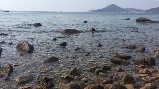 青岛这个景区的海水很干净,远离市区人又少,还可以挖螃蟹捡贝壳