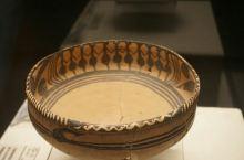 闻名已久的舞蹈彩纹陶盆,虽然这件有些残损,但仍是令人惊讶,四