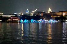 西湖音乐喷泉 特意在晚上来逛西湖,就是为了看看喷泉。。可惜没来得及走到正确的位置。。。不过远处看也是