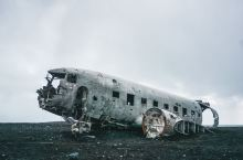 黑沙滩的飞机残骸