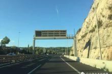 巴塞罗那足球之旅(十二)——海滨小镇西切斯 到达巴塞罗那首日,我们选择入住卡斯特尔德菲尔斯,那是巴塞