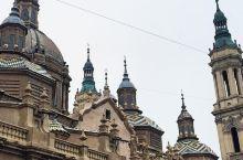 让人陶醉的皮拉尔广场  在西班牙的萨拉格萨有一个广场,广场上有两座教堂,所以这里游客比较多。很多我们