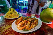 """""""森森海鲜食店""""的主厨是当地著名的杨厨神,在马来西亚的厨神比赛中曾获奖,餐厅外墙有不少报道厨神的报纸"""