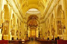 巴勒莫大教堂原址是一座6世纪的拜占庭式东正教堂,9世纪时被穆斯林改做清真寺。1185年,成为天主教堂