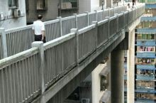 重庆是山城,许多奇葩建筑,都因地形造成。在大阳沟派出所和鑫龙大厦之间,就有这种奇葩建筑,从派出所这边