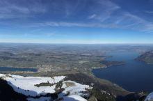峰顶观景点眺望雪山群