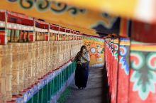 虔诚的藏族阿嬷