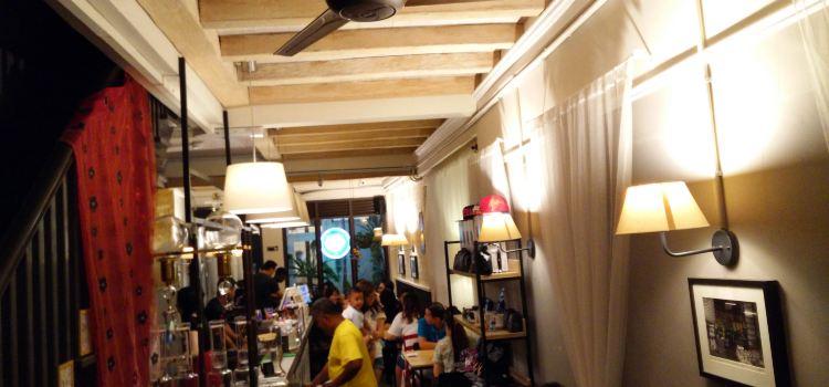 Yellow Lips Cafe & Bar1