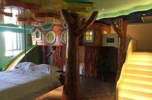 顶秀精灵堡--树精灵屋 酒店共有58间客房,每种房型分布在一个区域。 楼道的风格也是与房型的风格统一