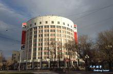 乌尔法艺术与科学研究所          往前走不远,在大街左侧,有一栋半圆形建筑,它也是那位设计师