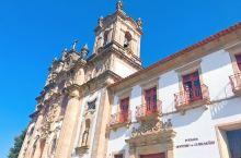 坐落在一座12世纪的奥古斯丁修道院,俯瞰着吉马良斯,每间装饰独特的客房都位于曾经的回廊上,古色古香的
