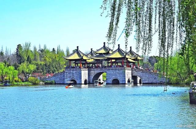 个园、何园、瘦西湖、大明寺是到扬州来不可错过的经典景点.   /