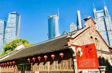 熠熠生辉:上海的吴昌硕纪念馆与陆家嘴中心绿地融为一体,在鳞次栉比的高楼大厦间燿燿生辉。陆家嘴高楼摩天