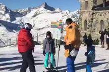 一边观赏瑞士马特宏峰,一边滑雪,爽