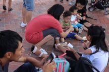 游园百态 在陪同老母亲游迪士尼乐园期间除了负责拍好老母亲的照片以外,伺机也捕捉一下游客的百态,汇集在