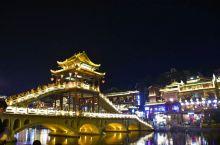 湖南湘西 凤凰古城,在偏远的边陲小镇,有碧绿的沱江、吊脚楼、晚上有各式各样酒吧。还有美轮美奂的夜景。