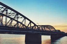 寻觅越南的网红打卡地  我一个朋友一听说我来到越南,就叫我去钱场桥观光。我之前觉得一座桥而已,有什么