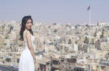 📍约旦安曼城堡山  遥望一座城 和城里的故事 邂逅和约定 擦肩与回眸 一念起万水千山 一念灭沧海桑田