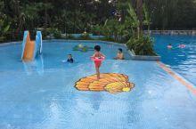 紫玉山庄游泳池,充满童趣的蓝色世界 酒店步行100米处便是康体中心,游泳池和温泉区都在二层。一上二楼