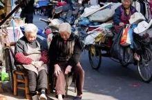 它是中国最魔幻的城市,精致且做作,冷漠又有人情