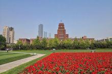大连人民广场:城市之心 在大连一百多个广场中,人民广场的功能性远大于游玩观赏性,大连市人民政府、大连