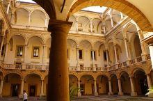 巴勒莫有座诺曼时期的王宫,据说是欧洲现存历史最悠久的王宫。1072年,诺曼人征服了西西里,建立了西西